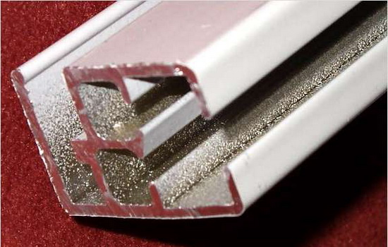 Карниз из алюминия вблизи