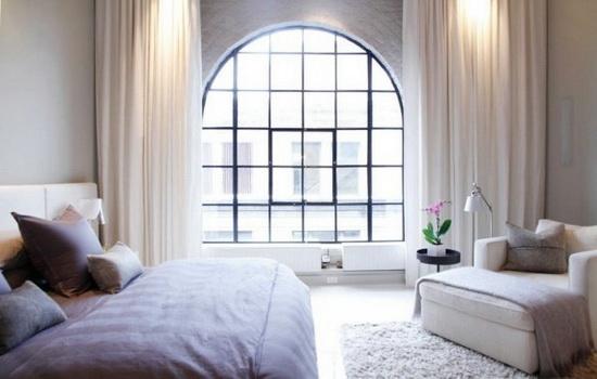 Арочное окно в интерьере гостиной