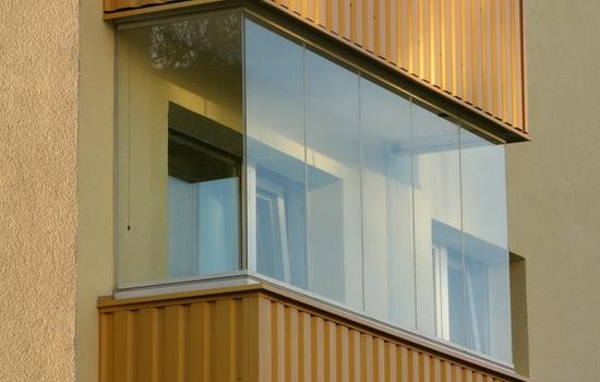 Балкон хрущевки, остекленный по безрамной технологии