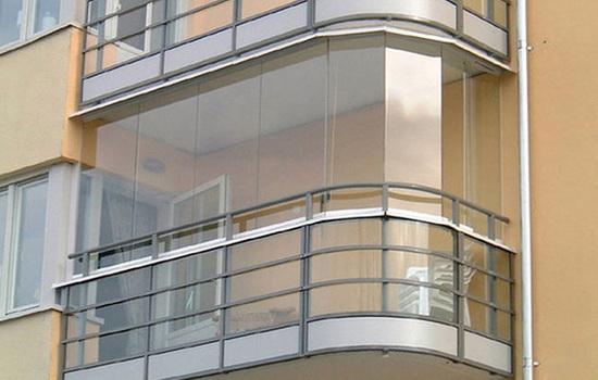 Балкон с окнами без рам
