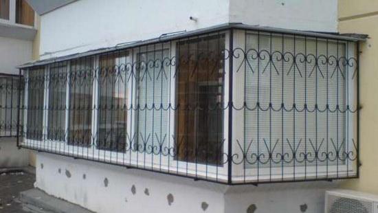 Балкон с решетками