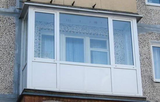 Балкон с теплым остеклением в обычном доме. Фото
