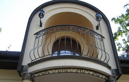 Балконное кованое ограждение загородного дома