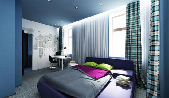 Белые шторы в спальне синего цвета
