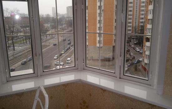 Белый пластиковый подоконник в интерьере квартиры