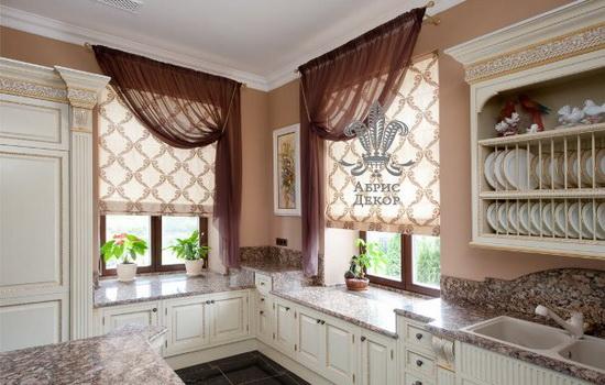 Бежевые шторы на кухонном пространстве