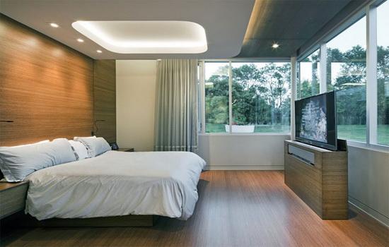 Большие окна в интерьере спальни