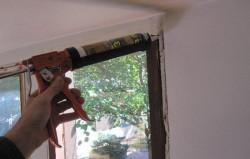 Чем заделать щели в деревянных окнах?