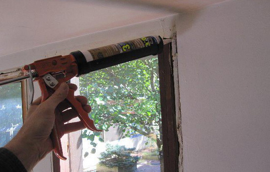 Чем заделать щели в старых окнах?