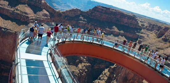 Стеклянный мост над Большим каньоном в штате Аризона