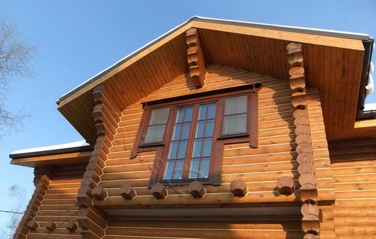 Деревянные окна в доме из дерева