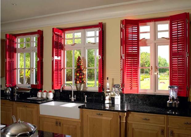 Деревянный окна загородного дома со ставнями
