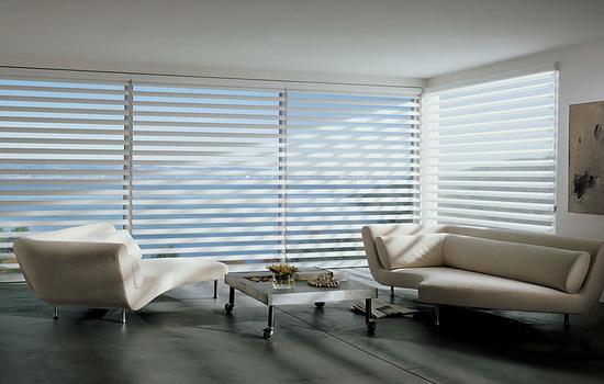 Белые жалюзи деревянные горизонтальные в комнате