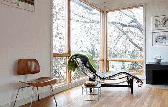 Деревянные панорамные окна в интерьере гостиной