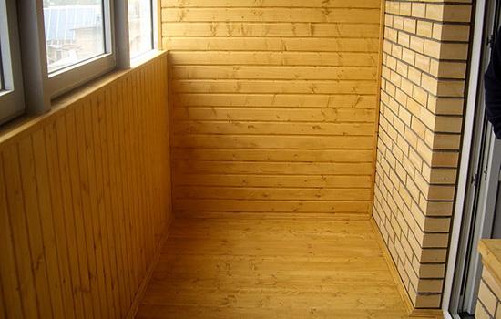 пол из древесины на балконе