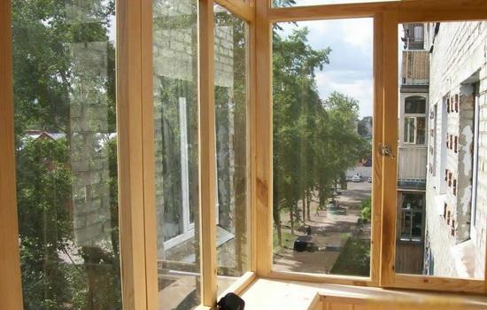 Плюсы деревянного остекления балконов