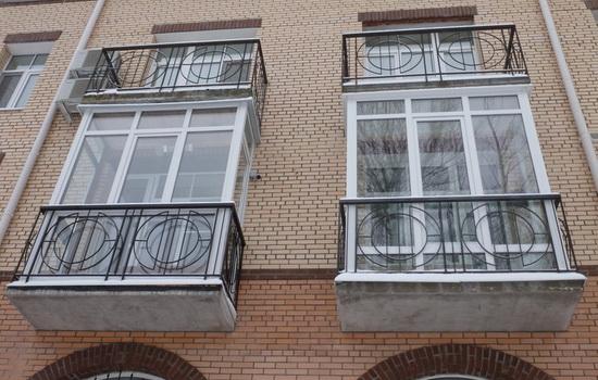 Два красивых остекленных балкона