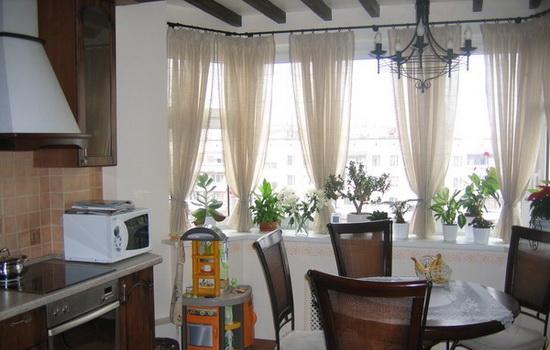 Эркерное окно, украшенное занавесками
