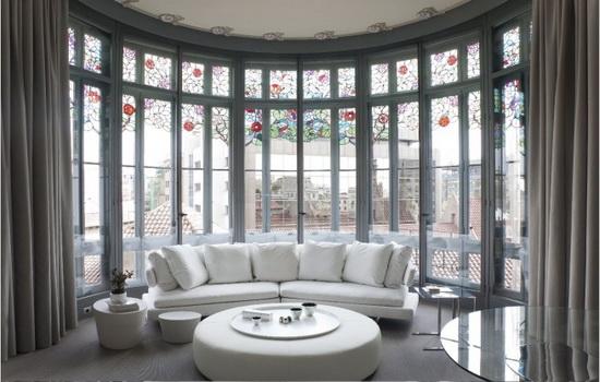 Эркерные окна с витражом в элитной квартире