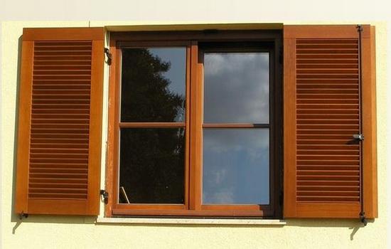 Еще один вариант деревянного окна со ставнями