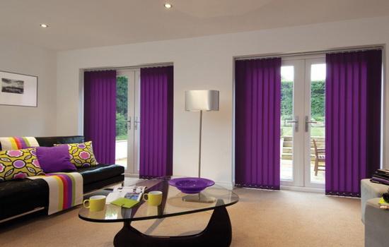 Фиолетовые вертикальные жалюзи в интерьере гостиной