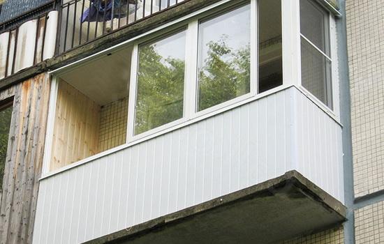 Фото балкона где в основе отделочного материала использовалась пластиковая вагонка