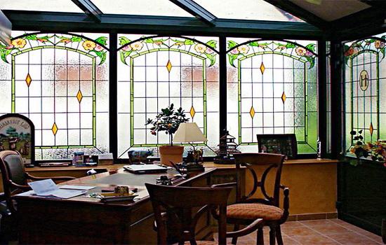 Фото рабочего кабинета с красивым стеклом