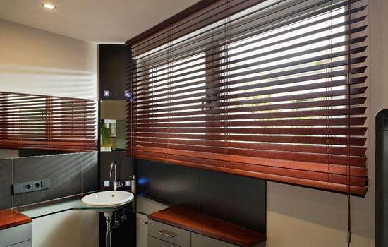 Горизонтальные деревянные жалюзи в ванной комнате