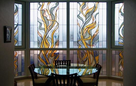 Кухня со стеклянными витражами Тиффани