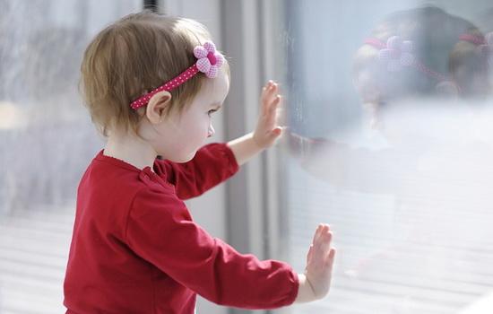Как обезопасить ребенка от открытого окна