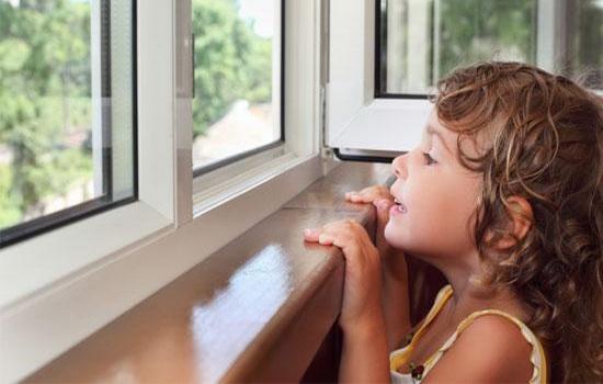 Деревянные окна с замком от детей