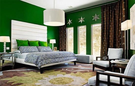 Комбинация темных штор с зелеными обоями