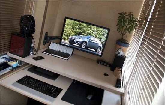 Компьютерный стол на территории лоджии