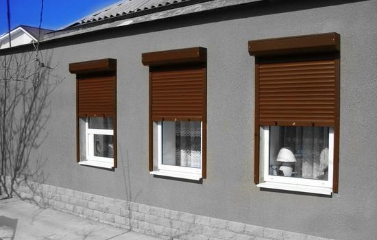 Коричневые рольставни на окнах частного дома