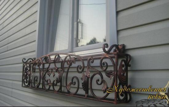 Кованая цветочница за окном