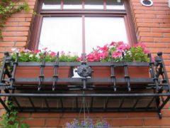 Кованные цветочницы – лучшее украшение для окон