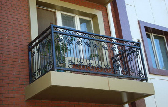Кованое балконное ограждение дома