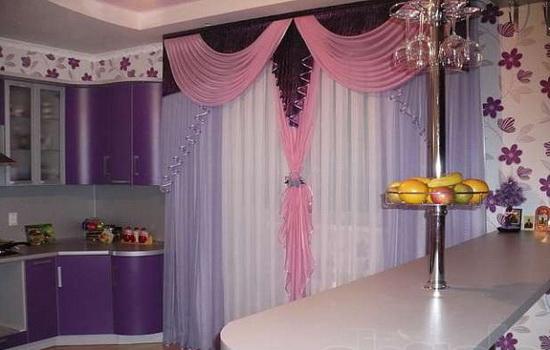 Красивые многоцветные шторы закрывающие окно кухни