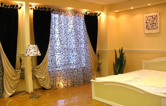 Красивые раздвижные черные шторы в квартире