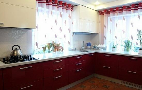 Красно-белые шторы в интерьере кухни