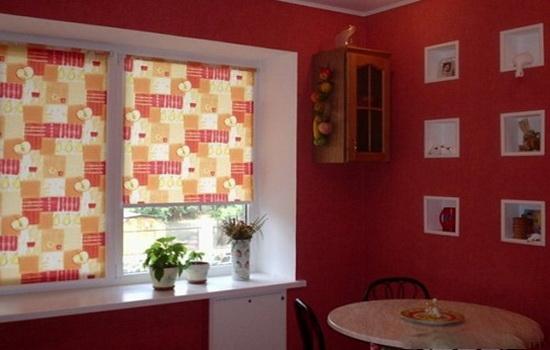 Красно-оранжевые ролеты на кухне