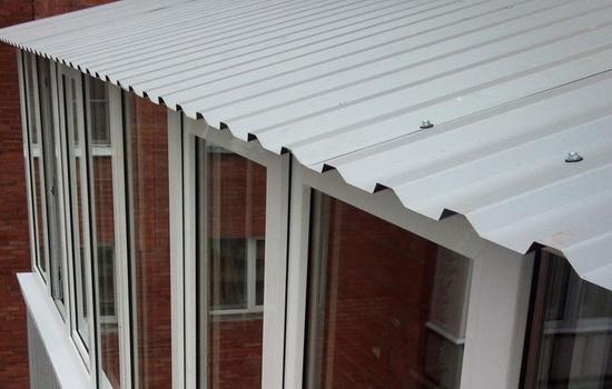 Крыша балкона, сделанная из профнастила