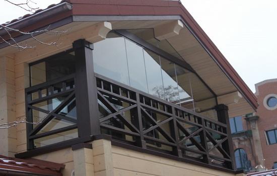Балкон в частном доме. Особенности конструкции Окно у дома
