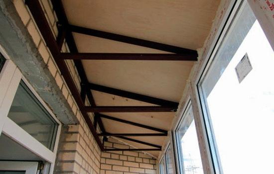 Металлический каркас для поддержания крыши балкона