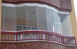 Финское безрамное остекление балкона окно у дома.