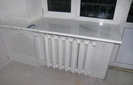 Неверное расположение радиатора и подоконника - одна из причин образования конденсата