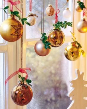 Новогоднее украшение окон в виде шариков