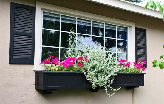 Оформление окна дома снаружи и внутри