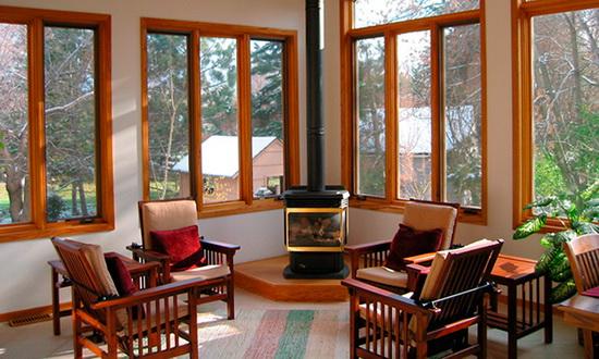Окна из красного дерева в загородном доме