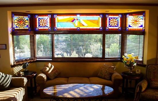Окно с жалюзи и разноцветным стеклом
